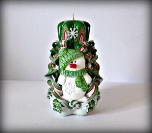 """Свеча 14см """"Снеговик в зелёной шапочке""""."""